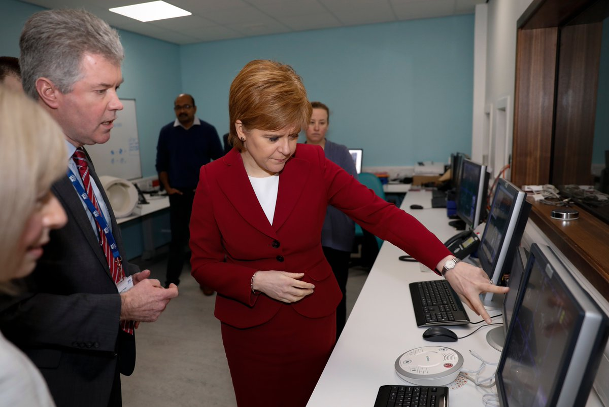 First Minister visits Imaging Centre of Excellence